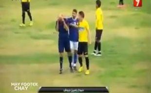 Un arbitre pleure lors d'un match du championnat tunisien le 24 décembre 2015.