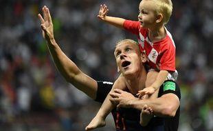 Le défenseur croate Vida avec son fils après la victoire contre l'Angleterre.