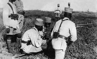 Photo prise le 04 décembre 1939 de tirailleurs sénégalais à l'instruction dans un camp d'entraînement dans les colonies françaises en Afrique