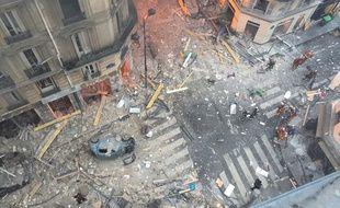Une vue générale montre les débris et les carcasses de voitures après l'explosion d'une boulangerie au coin des rues Sainte-Cecile et de la rue de Trévise dans le 9e arrondissement de Paris le 12 janvier 2019.