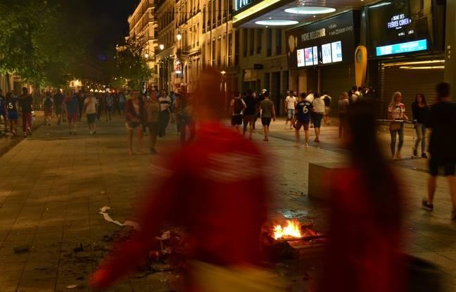 Plusieurs feux ont été déclenchés en Presqu'île lyonnaise dimanche soir, comme ici au début de la rue de la République.