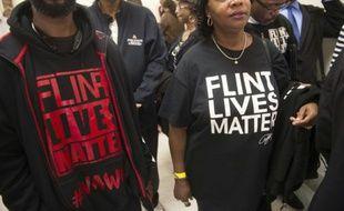Le public patiente pour assister à l'audition du gouverneur du Michigan, Rick Snyder et de l'administratrice de l'agence de protection de l'environnement (EPA), Gina McCarthy, devant une commission parlementaire à Washington à propos du scandale de l'eau contaminée au plomb dans la ville américaine de Flint