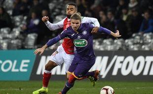 Le milieu de terrain du TFC Yannick Cahuzac face au Rémois Tristan Dingomé en 16es de finale de Coupe de France, le 22 janvier 2019 au Stadium de Toulouse.