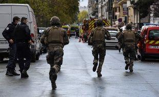 Des militaires et forces de l'ordre intervenaient à Paris ce vendredi après une attaque à l'arme blanche près de locaux de « Charlie Hebdo »