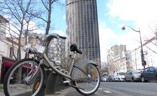 Une station Vélib' à deux pas de la tour Montparnasse, à Paris.