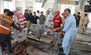 Un attentat à la bombe a fait au moins 15 morts et 25 blessés dans une mosquée de la minorité musulmane chiite et ses environs près de Peshawar (nord-ouest du Pakistan), ont annoncé les autorités en révisant à la hausse un premier bilan.