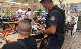 Le premier contrôle des pass sanitaires effectué par les policiers de Toulouse en terrasse des brasseries de la place du Capitole, le 17 août 2021.