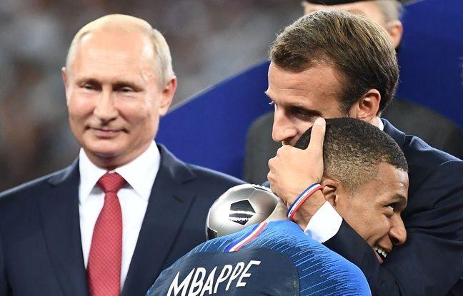 Emmanuel Macron félicite Kylian Mbappe le 15 juillet 2018. / AFP PHOTO / FRANCK FIFE /