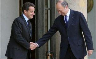 L'ancien Premier ministre socialiste Laurent Fabius a été reçu pendant près d'une heure vendredi par le président Nicolas Sarkozy qui l'a ensuite raccompagné jusqu'au perron de l'Elysée.