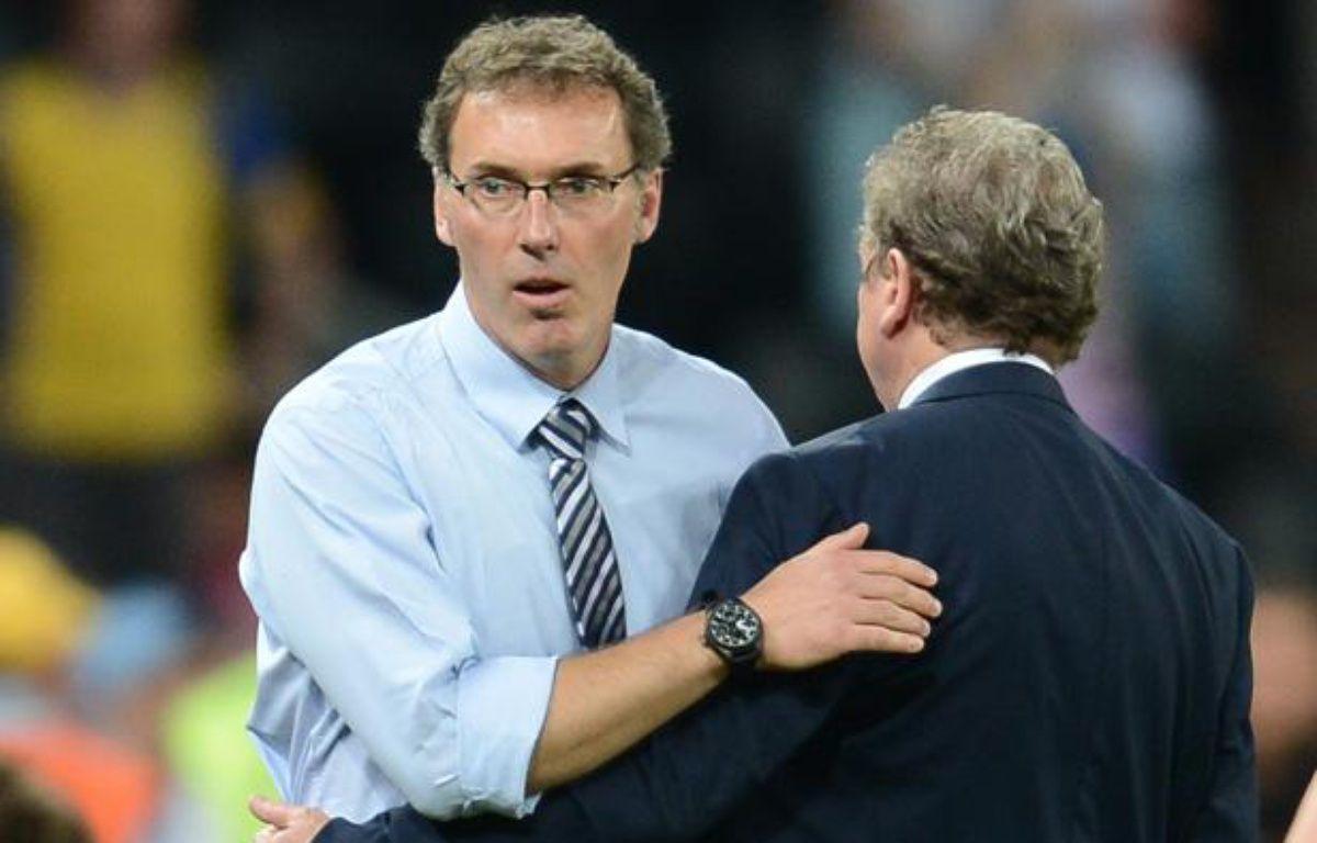 Laurent Blanc salue le sélectionneur anglais Roy Hodgson à la fin du match France-Angleterre, le 11 juin 2012. – FRANCK FIFE / AFP
