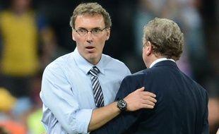 Laurent Blanc salue le sélectionneur anglais Roy Hodgson à la fin du match France-Angleterre, le 11 juin 2012.