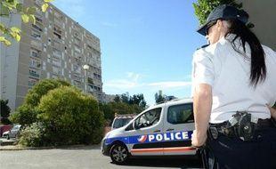 Des policiers patrouillent dans les rues d'un quartier de Marseille le 14 août 2013