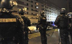 L'homme dans le coma depuis son interpellation mouvementée la nuit de la Saint-Sylvestre est mort lundi, alors que plusieurs centaines de membres des forces de l'ordre se sont déployées dans son quartier dans la soirée, sans incident.