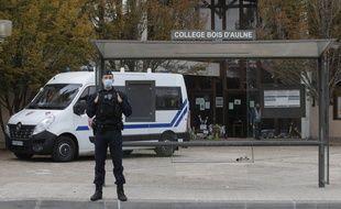 Les forces de l'ordre positionnées devant le collège où un professeur d'histoire et géographie a été décapité en fin d'après-midi vendredi 16 octobre à Conflans Sainte-Honorine, dans les Yvelines.