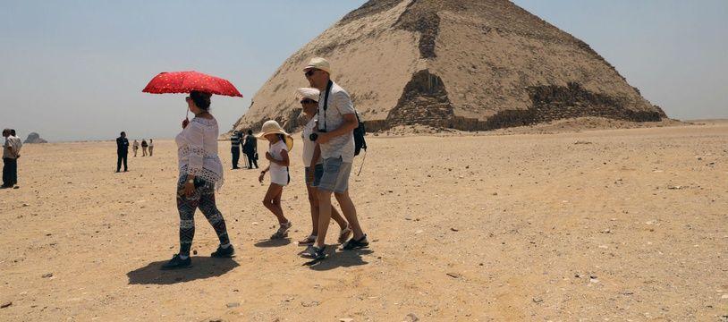 La pyramide rhomboïdale, située à Dahchour (Egypte).