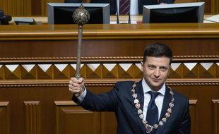 Le président ukrainien Volodymyr Zelensky tient dans la main la Bulava, un symbole du pouvoir, le 20 mai 2019 lors de son intronisation.