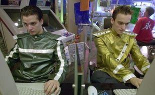 Deux joueurs professionnels de StarCraft lors d'une compétition à Séoul en 2001.