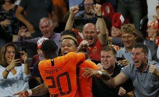 Memphis Depay, ici félicité par son ami Quincy Promes, samedi après son but contre l'Allemagne (3-0). Peter Dejong