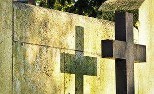 Une croix dans un cimetière (illustration).