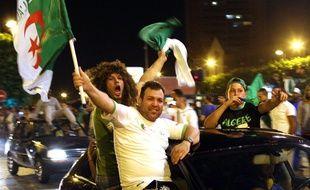 Des supporters de l'équipe d'Algérie fêtent la victoire à Roubaix.