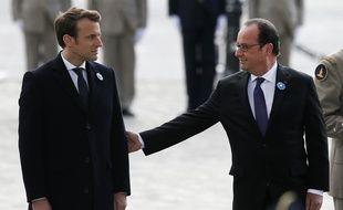Paris, le 8 mai 2017. François Hollande et Emmanuel Macron lors de la traditionnelle cérémonie du 8 mai.