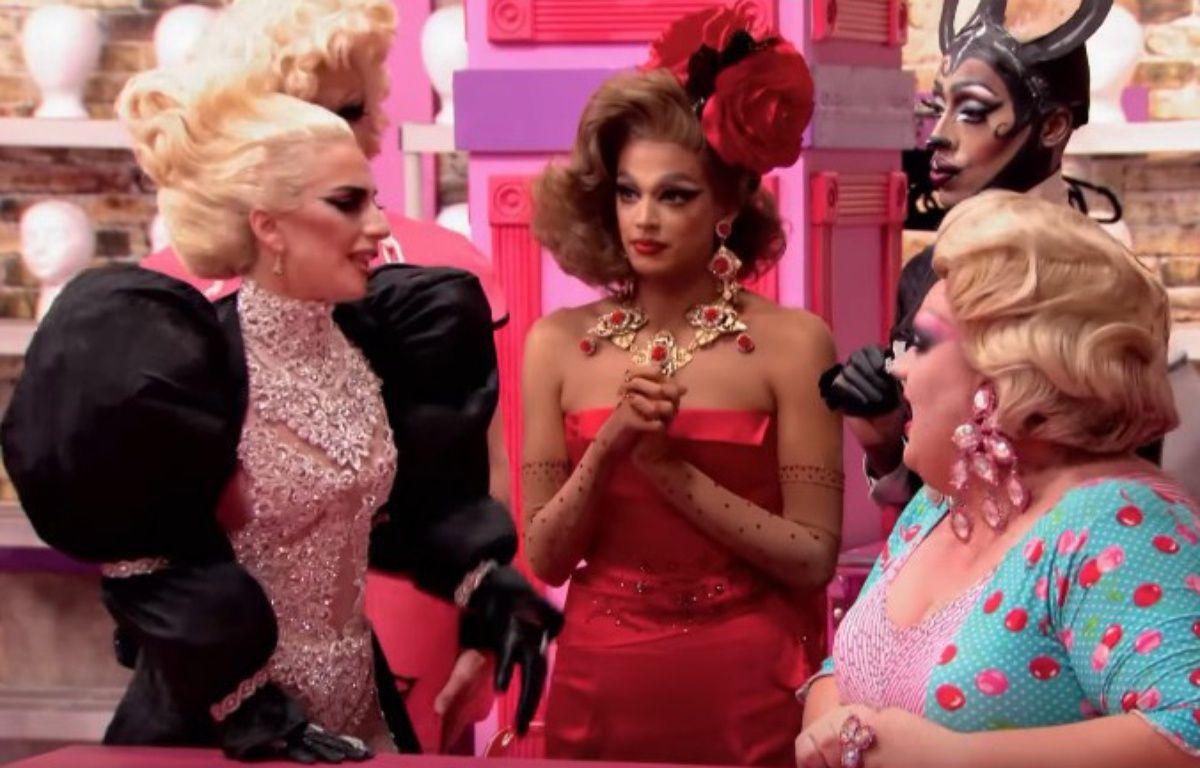 Lady Gaga, Valentina (robe rouge), Nina Bonina Brown et Eureka O'Hara (chemisier à poids), dans «RuPaul's Drag Race» saison 9. – Capture d'écran VH1 / Logo