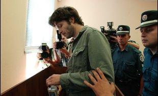 Bertrand Cantat, escorté au tribunal à Vilnius, le 31 juillet 2003.