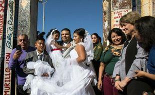 Evelia Reyes etBrian Houston se sont mariés à la frontière entre les deux pays.