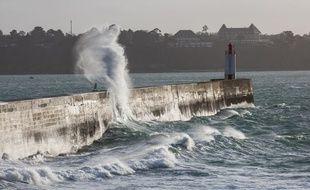 Illustration de vagues s'éclatant sur une digue à Saint-Malo.