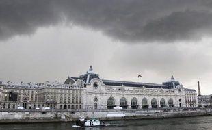 Le musée d'Orsay a protesté contre le tournage sauvage d'une vidéo vantant la lingerie Etam, montrant des jeunes filles en petite tenue au milieu de ses collections et posté mardi sur internet, a appris l'AFP auprès de l'établissement.
