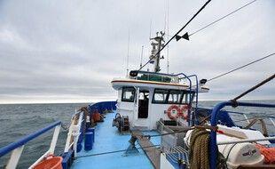 Un bateau de pêche quittant Boulogne. (illustration)