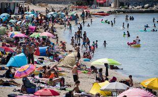 Des touristes sur une plage marseillaise durant l'été 2020