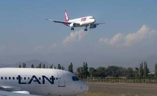 Un avion de TAM atterrit le 29 janvier 2013 à Santiago du Chili, alors qu'un appareil de LAN est sur le tarmac