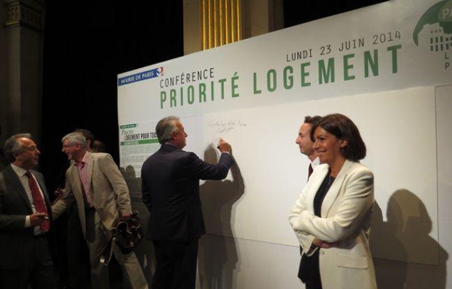 Paris, le 23 juin 2014, Anne Hidalgo a signé avec 200 partenaires privés et publics une Charte pour le logement pour tous à l'Hôtel de Ville.