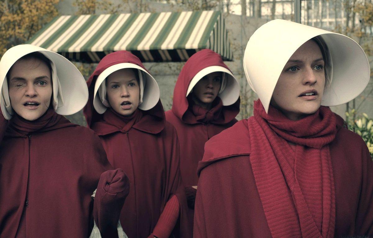 Elisabeth Moss (à droite) dans la série de Hulu «The Handmaid's Tale». – HULU/MGM