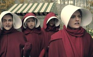 Elisabeth Moss (à droite) dans la série de Hulu «The Handmaid's Tale».