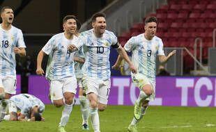 La joie de Messi et des Argentins après la victoire aux tirs au but contre la Colombie, en demi-finale de la Copa America à Brasilia.