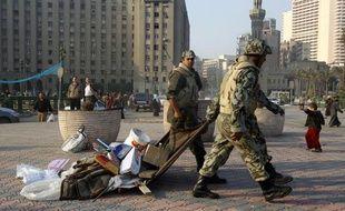 Des soldats égyptiens nettoient la place Tahrir au Caire, le 13 février 2011.