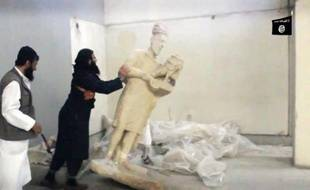 Capture d'écran d'une vidéo diffusée par le groupe Etat islamique montrant des jihadistes détruisant des statues au musée de Mossoul
