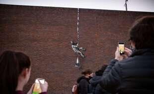 Un graffiti revendiqué par Banksy est apparu sur le mur de l'ancienne prison britannique de Reading, où avait été détenu l'écrivain Oscar Wilde.