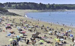 Le thermomètre a flirté avec les 30°C, dimanche 12 juin, en Bretagne. Comme un avant-goût de vacances dété. La plage de la Touesse à Saint Coulomb, a été prise d'assaut.