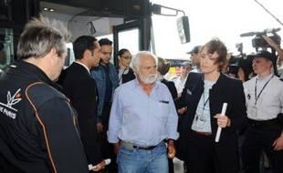 Les familles des passagers qui étaient à bord de l'airbus A330 qui a disparu alors qu'il reliait Rio et Paris, le 1er juin 2009, à l'éaroport de Roissy Charles de Gaulle.