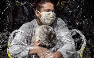 Rosa Luzia Lunardi (85 ans) est enlacée par l'infirmière Adriana Silva da Costa Souza, chez Viva Bem Care Home, São Paulo, Brésil, le 5 août.