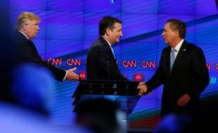 Donald Trump (g), le sénateur du Texas Ted Cruz (c), et le gouverneur de l'Ohio, John Kasich, se serrent la main après un débat sur la chaîne CNN, à Miami, en Floride, le 10 mars 2016