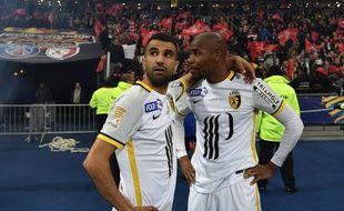 La déception des Lillois Obbadi et Sidibé après la défaite en finale de la coupe de la Ligue.   AFP PHOTO / PHILIPPE LOPEZ