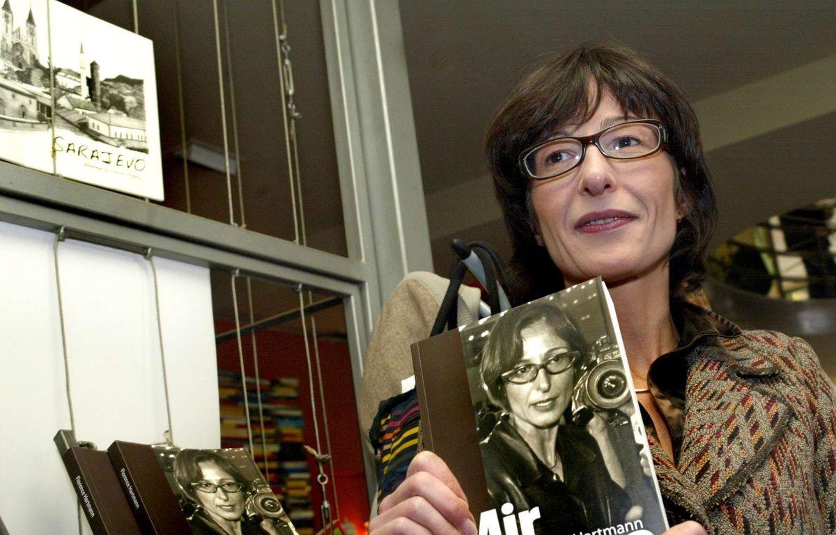 """Florence Hartmann présentant son livre """"Paix et châtiment"""" le 13 novembre 2007 à Sarajevo (Bosnie-Herzégovine). – Hidajet Delic/AP/SIPA"""