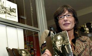 """Florence Hartmann présentant son livre """"Paix et châtiment"""" le 13 novembre 2007 à Sarajevo (Bosnie-Herzégovine)."""