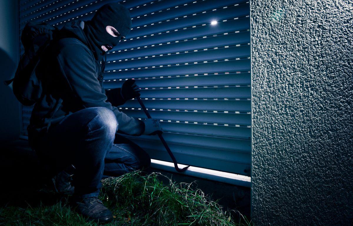 Un cambrioleur tente d ouvrir un volet roulant avec un pied de biche. Illustration cambriolage. Nantes. Loire-Atlantique. Pays de la Loire. Le 15 12 2014./SALOM-GOMIS_161203/Credit:SEBASTIEN SALOM-GOMIS/SIPA/1412161619 – SIPA