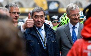 Eddy Merckx (au centre) avec le Roi Philippe lors du départ d'une étape du Tour de Franceà Bruxelles, le 9 juillet 2014.