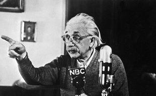 """Albert Einstein fait part de son opposition à la bombe """"H"""" lors d'une conférence le 14 février 1950"""